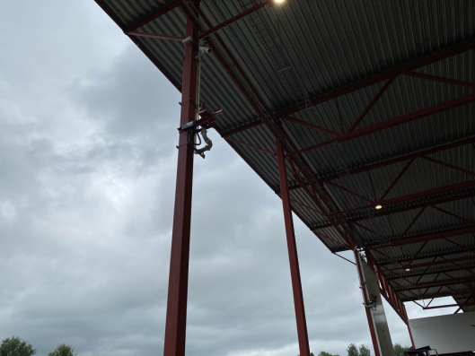 De termiske kameraene er plassert sammen med vannpumper flere steder i sorteringshallen, ved registrering av unormal varme pumpes vann mot området umiddelbart.