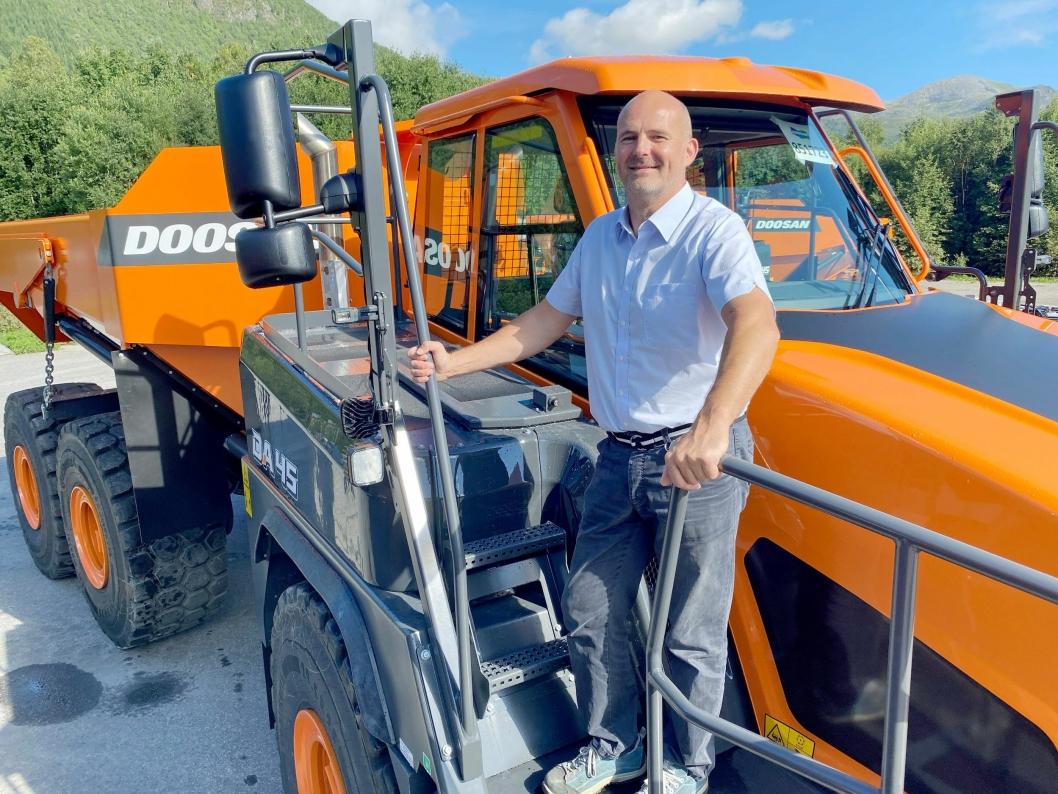 STOLT: Jan Roger Lindseth fra Doosan Infracore Norway er stolt over industrieventyret i Elnesvågen.