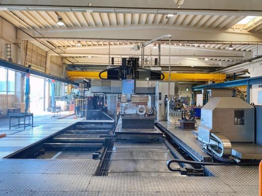 – Automatisering er en sterk bidragsyter til at vi faktisk kan beholde arbeidsplassene her. Ikke motsatt, sier Jan Roger Lindseth. Ved maskineringssenteret (over) lages det deler og komponenter til hele produksjonen.