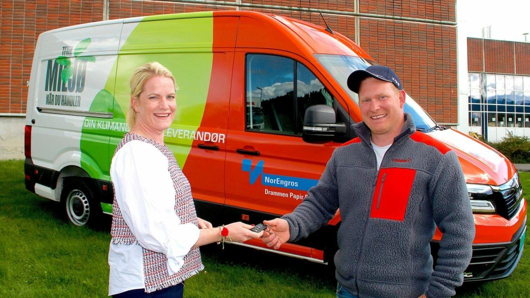 Den nye varebilen ble solgt av selger i MAN Truck & Bus, Tommy Kristiansen. Selger Daniel Raaen overrakte bilnøkkelen, på vegne av Tommy Kristiansen, til daglig leder Kristin Stangnes Claudi i Norengros Drammen.
