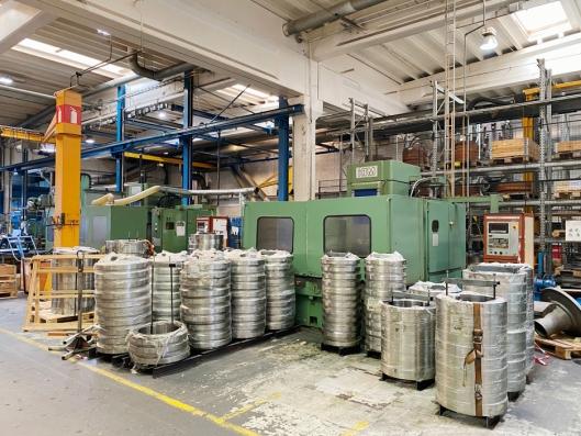 LAGER PÅ LAGER: Nyutviklet produkt som både er maskinert og herdet på fabrikken i Elnesvågen.