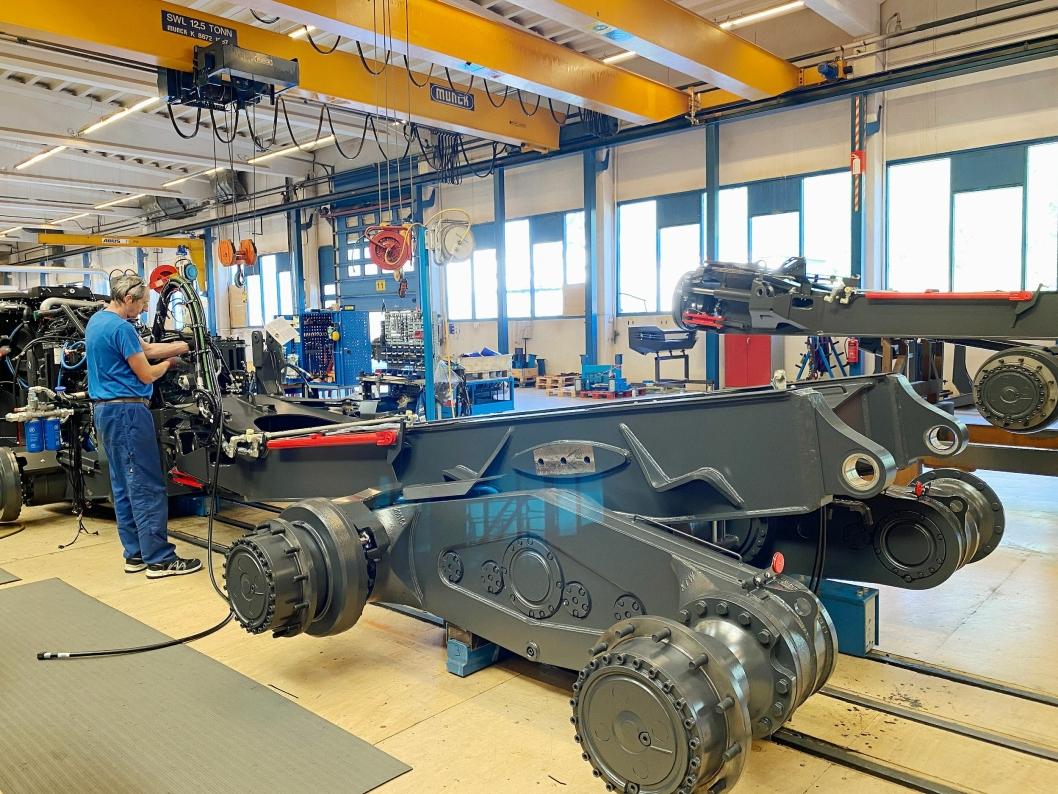 EGET DESIGN: Doosan-ramma er konstruert med sju graders helling og det gjør at 18 prosent av lasten i bakvogna blir overført til fremvogna.