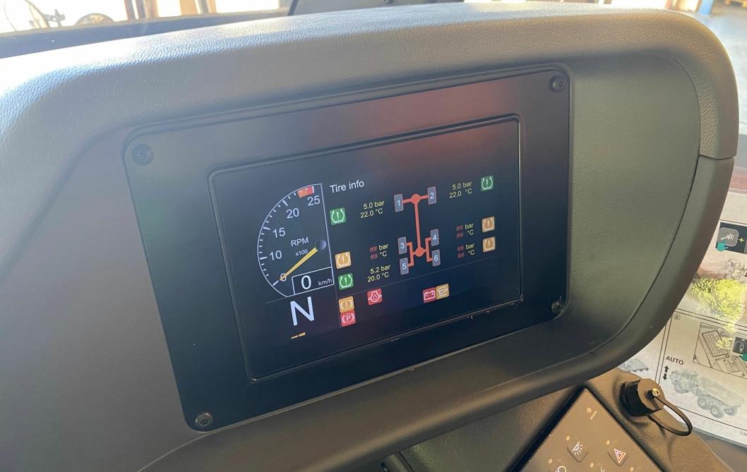 FULL KONTROLL: I samarbeid med Continental har Doosan utviklet og intergrert dekktrykkmåling i skjermen i førerhuset.
