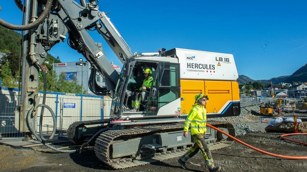 Maskinførerne Jo Ingve Haarstad og Ole Henrik Grytbakk ved Hercules Fundamenterings nye elektriske borerigg på Mindemyren.