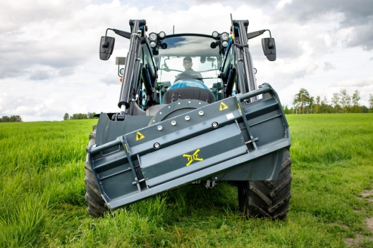 Denne tiltfunksjonen på frontlasteren kommer du til å elske. Det er sjelden rett der en traktor laster/losser, og det er ikke få paller og varer som er blitt ødelagt opp gjennom årene på grunn av dette. Dette blir en helt ny verden.