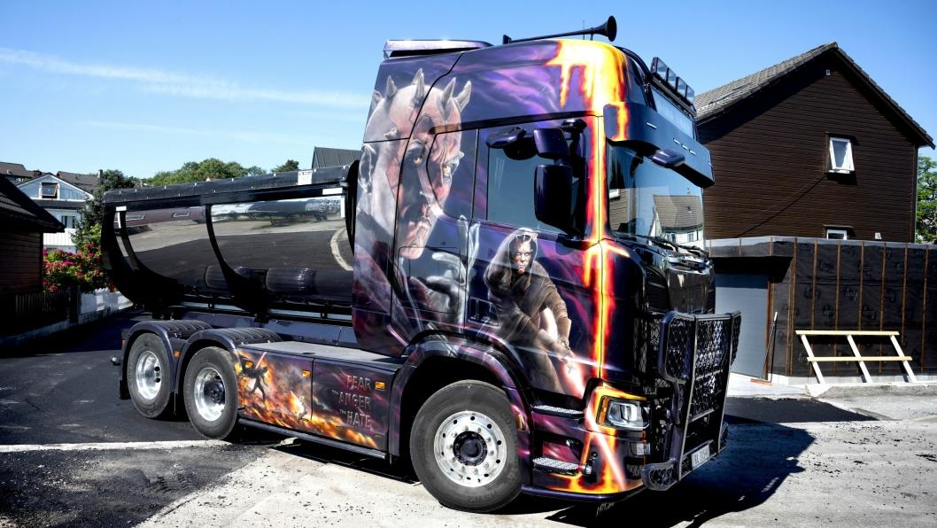 UNIK: «Dark Lord» har sitt helt unike uttrykk med Star Wars-tema over hele bilen. Lakkunstner Ivar Aasland brukte to uker på å dekorere den unike bilen.