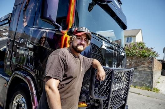 15 ÅR: Det er 15 år siden Sindre Sjursen kjøpte sin første egne lastebil. «Dark Lord» har han brukt de siste to årene.