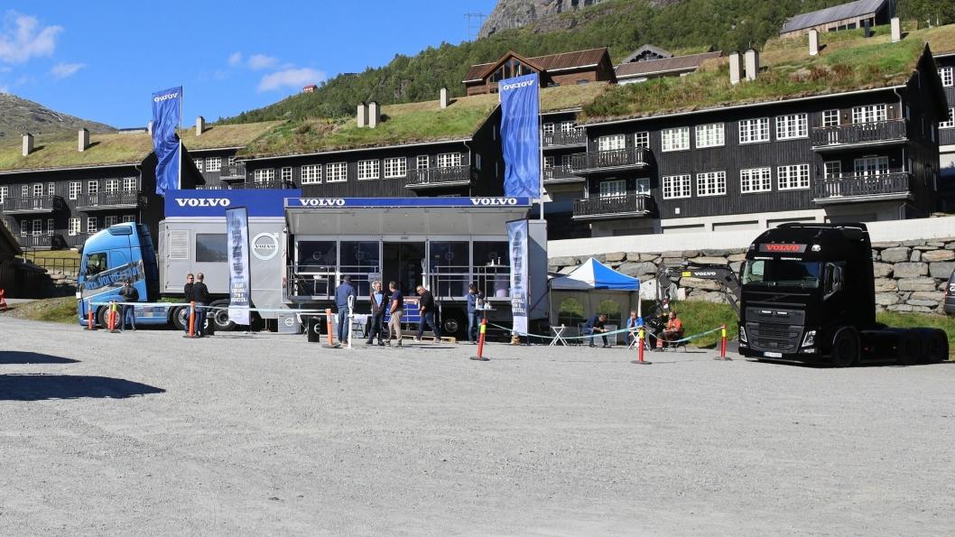 I gang: I strålende solskinn kunne Volvo sparke i gang karavanen som de neste månedene vil farte land og strand rundt med de nye Volvo-seriene.