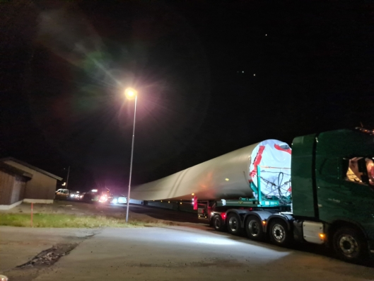 Et av de tyske vogntogene som ble stoppet. Lastet med vindturbinblad. De tre ble henvist til parkering på Kjernmoen i Søre Osen.