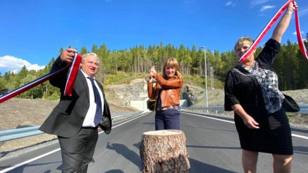 Utbyggingsdirektør Kjell Inge Davik i Statens vegvesen sammen med statssekretær Ingelin Noresjø (i midten) og Berit Hundåla, ordfører i Vefsn kommune hogg snora for å markere veiåpningen.