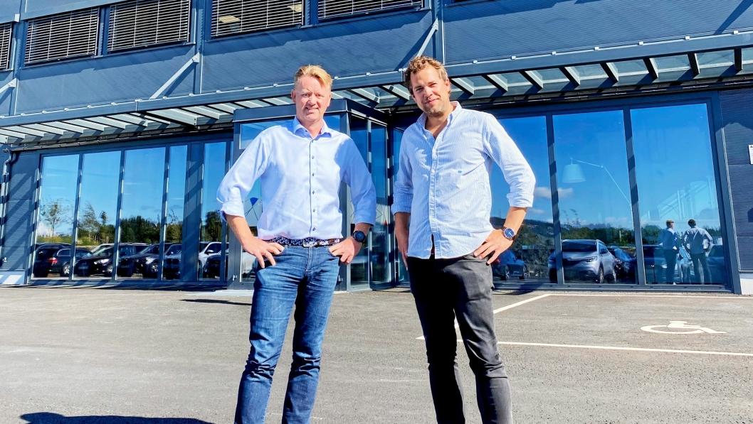 MASKIN-SJEF: Odd Sund (t.v.) er på plass som adm. direktør i Hesselberg Maskin AS. Her ønskes han velkommen av konsernsjef Andreas Corwin.