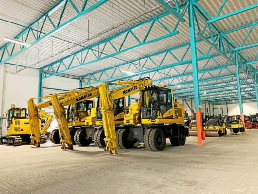 LAGER: Her står maskiner i alle merker lagret under tak, året rundt. Her holder de seg rene og frie for snø.