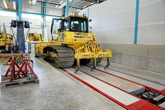 LØFTEBUKK: Denne bukken på verkstedet løfter maskiner opp til 35 tonn.