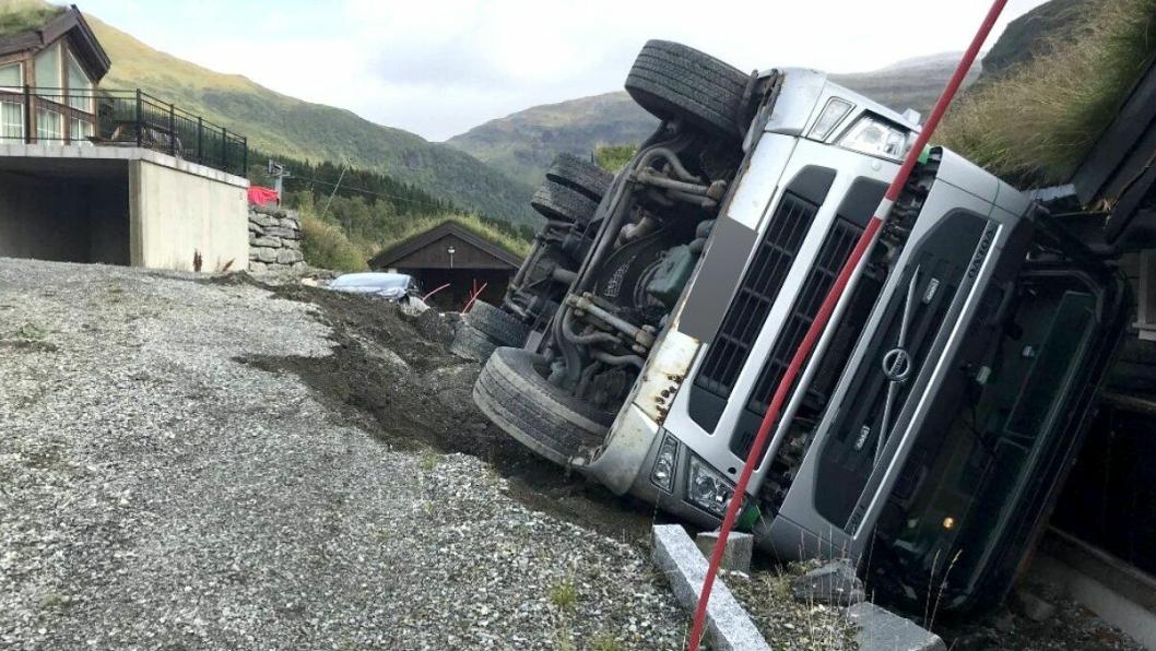 Torvtransporten veltet da hytteveien ga etter for vekten, på et hyttefelt i Voss torsdag 10. september.