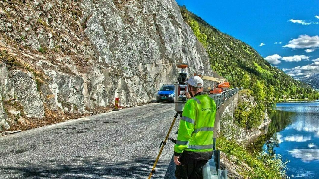 Geomatikk Survey ute på oppdrag med laserskanning av terreng.