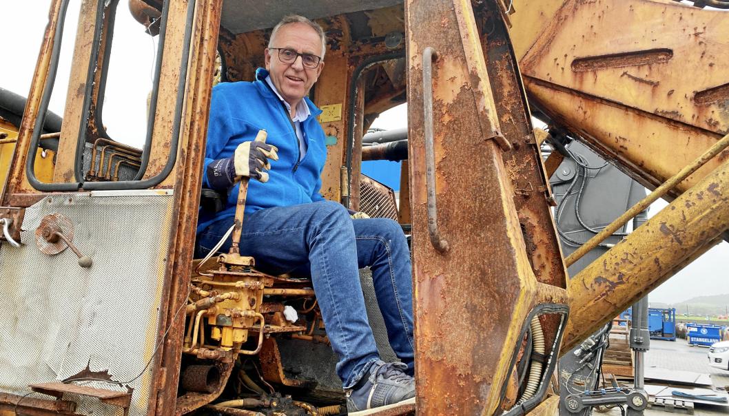 PÅ PLASS: En lidenskapelig Olav Stangeland på plass i hytta på Brøyt X4T-maskinen.