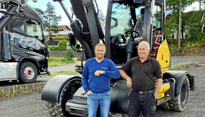 FØRSTE MASKIN: Espen Wold (t.v.) solgte den første Mecalac-maskinen etter at Beck Maskin tok over agenturet. Denne ble levert til Rolf Tenvik i AT Maskin Anders Tenvik.