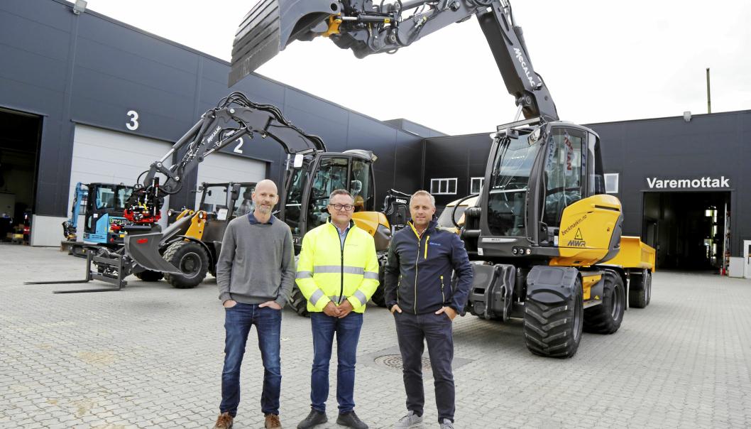 KLARE: Beck Maskin-trioen. Fra venstre: Christian Beck (daglig leder), Jan Otto Finne (produktsjef Mecalac) og Espen Wold (selger) er klare for å vise Mecalac og andre maskiner på demo