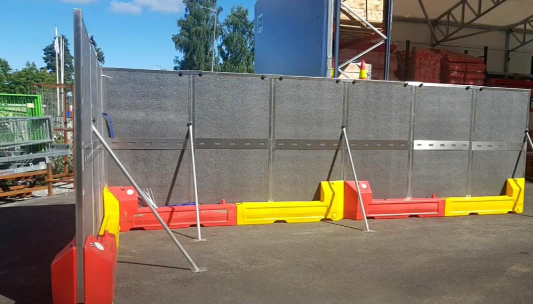 Nyhet: Garda X-Noise Wall paneler plassert i Gardas vektblokker med stag festet til bakken.