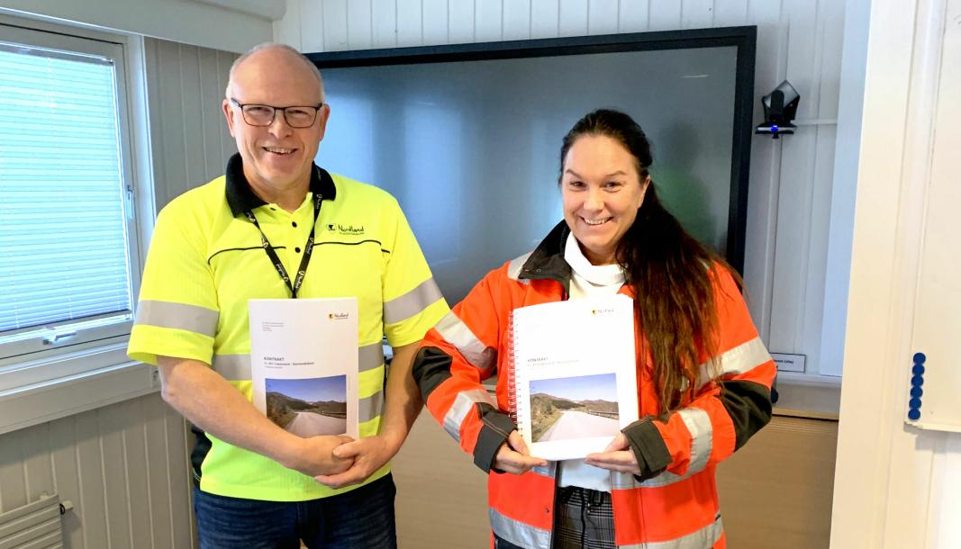 Prosjektleder Frode Nymo, Nordland fylkeskommune, og Torill Monsen-Abelseth, daglig leder for Bulldoser Maskinlag Entreprenør AS, med kontrakten.