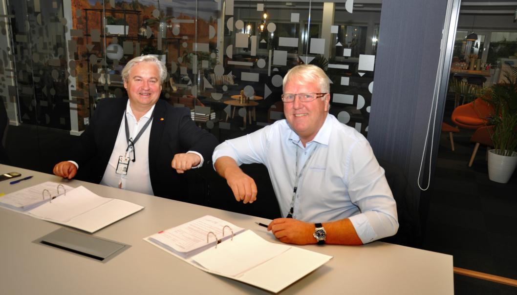 Utbyggingsdirektør i Statens vegvesen Kjell Inge Davik (t.v.) signerer den første entreprisekontrakten på E18 Vestkorridoren med daglig leder Frank Duvholt i firmaet Marthinsen og Duvholt.