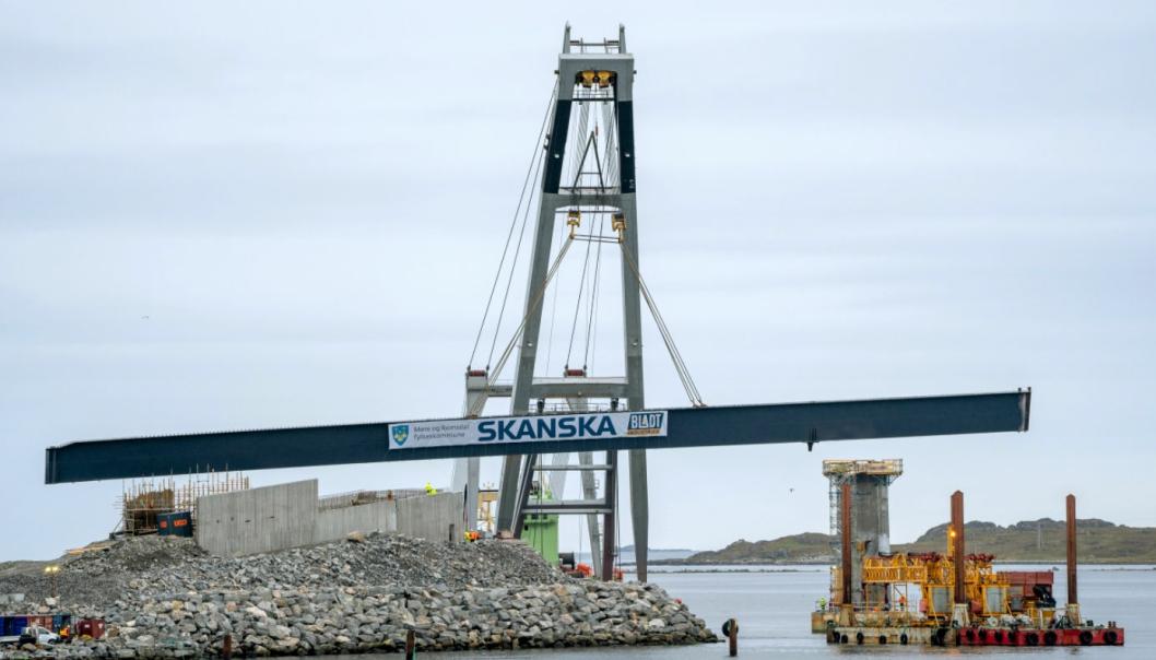 Det første av de sju stålelementene på Lepsøybrua ble løftet på plass 14. september 2020. Det skal støpes oppå ståloverbygningen og 2,5 meter ut på hver side. I skrivende stund skal alle elementene etter planen være på plass