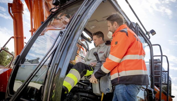 MYE NYTT: Nasta-selger Kai Ronny Løvtjernet hadde mye nytt å vise Tor Erik Knutsen i den nye maskinen.