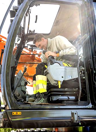 SPENT: Tor Erik Knutsen hadde ikke tid til å vente på at transportøren hadde løsnet kjettingene en gang før han måtte starte opp den nye maskinen.