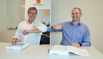 Kontrakten ble signert av Øyvind Langemyr (t.v., daglig leder i Bertelsen & Garpestad AS) og Ove Nesje (prosjektdirektør i Statens vegvesen Utbygging).