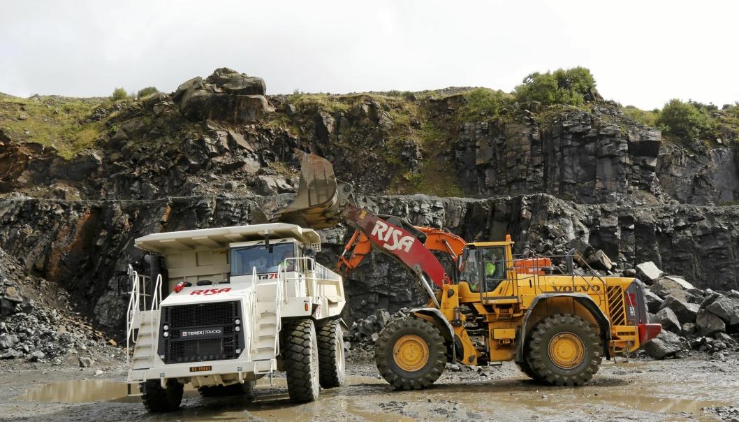 Risa opplyser at selskapet er tilbake på 2016-nivå når det gjelder aktivitet. Nettopp i 2016 ble dette bildet tatt, hos Rekefjord Stone AS der Risa jobbet opplasting og transport til knuser, og Volvo Maskin nettopp hadde levert en Terex tipptruck.