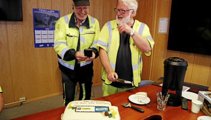 GODE KAMERATER: Kåre Johnsen kutter opp kaken og er kjapp på labben før kamerat og leder av Hæhres høvelgruppe, Arne Vågslid, får tatt et bilde.