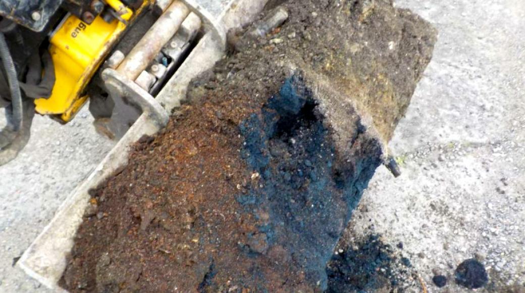 Den blå jorda er farget av cyanid, som er en dødelig gift. Den hindrer kroppens celler i å ta opp oksygen.