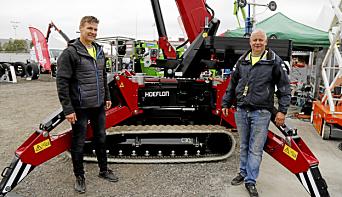GANTIC: Hoeflon minikranen C30e fikk sin Norgespremiere. Her er David Magnusson Lindberg (t.v.) og Tor Helge Søgrov som betjente Gantic-standen.