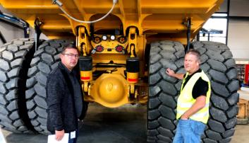 Fagsjef maskin Roar Aaserud (t.v.) og leder maskinverksted Kjetil Tørseth, begge Feiring Bruk AS, ved nymaskinen.
