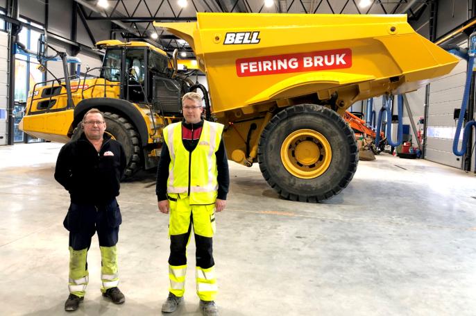 Her har Tor Arne Nøst (t.v.) som er vedlikeholdsleder i Bjønndalen Bruk og maskinfører samme sted, Jon Henning Ruud, tatt oppstilling foran sin nye Bell B60E.