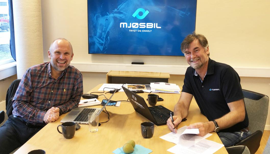 Fra venstre, Morten Dyrberg kommersiell direktør i NDS Group og Jens Petter Markestad, daglig leder i Mjøsbil