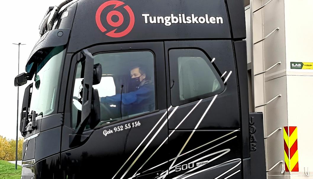 Samferdselsminister Knut Arild Hareide og opplærer Tore Velten, forbundsleder i NLF, hadde på seg masker av smittevernhensyn under kjøreturen med lastebilen.