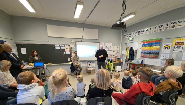 Samferdselsminister Knut Arild Hareide og forbundsleder i NLF, Tore Velten, snakket med barn i første klasse på Gjerdrum barneskole om trafikksikkerhet.