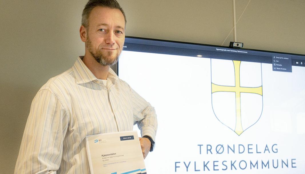 Driftsdirektør i Zeekit Robert Bengtsson-Fosen har inngått ny avtale om veidrift med Trøndelag fylkeskommune.