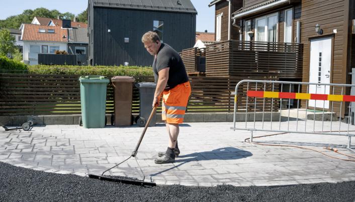 HÅNDARBEID: 145 tonn asfalt har Helge Lerang dratt ut for hånd på én dag. Nå blir det heldigvis mindre som legges for hånd.