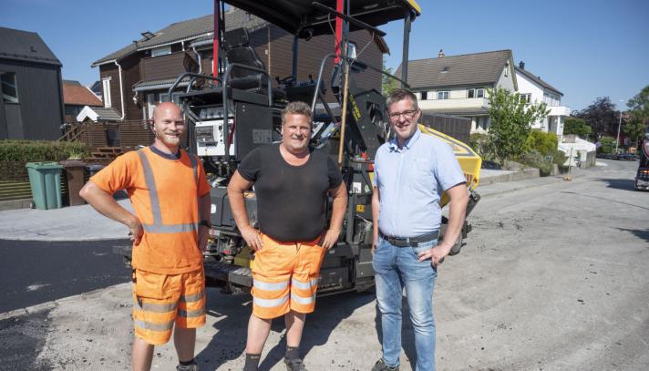 FORNØYDE: Tore (t.v.) og Helge Lerang i Lerang Asfalt fikk i vår levert sin tredje Bomag BF300 asfaltutlegger fra Trond Sandanger i Hesselberg Maskin. Dette er maskinen de bruker desidert mest.