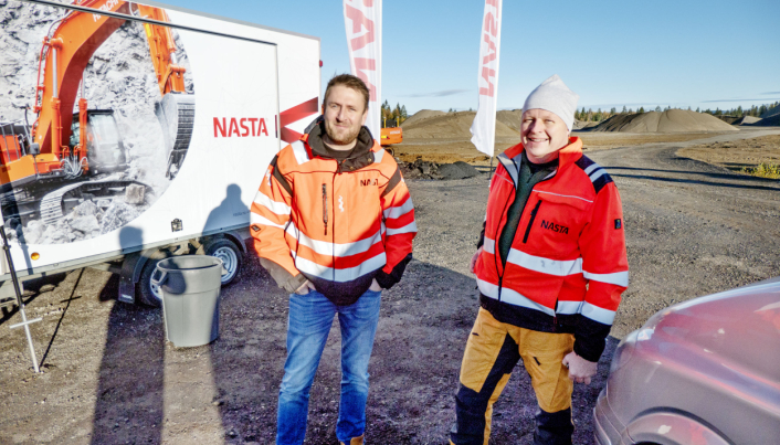 KLARE: Kai Ronny Løvtjernet (t.v.) og Tom Ola Bjerkestuen er klare til å ta imot kunder på Bergmoen.