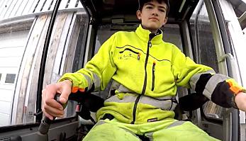 Erik Holte er 14 år har funnet seg godt til rette i førersetet på sin nykjøpte minigraver.