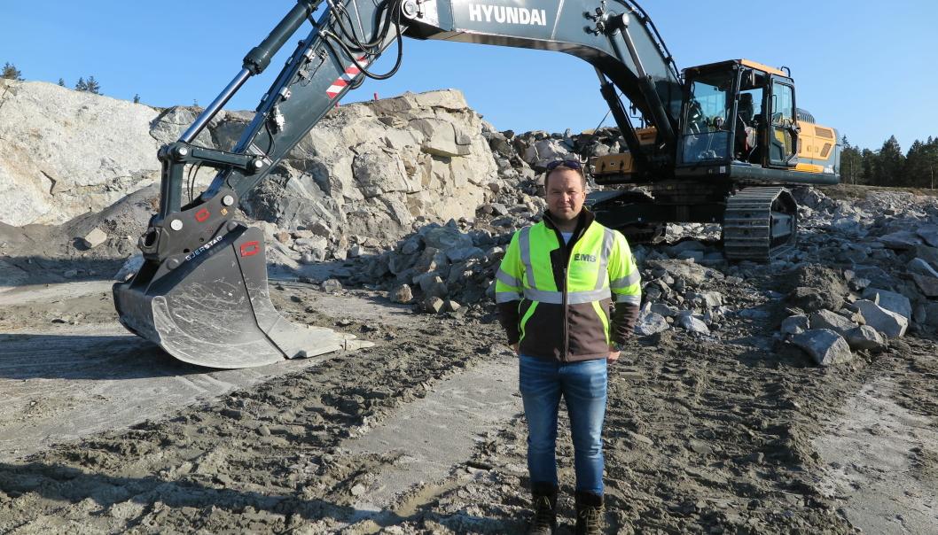RETT FRA FABRIKKEN: Finn Thrane Johansen foran den nye 40-tonns beltegraveren Hyundai HX380A.