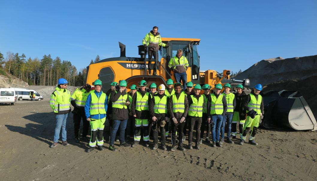 GODT BESØK: Anlegg- og byggfagelever foran den nye hjullasteren HL970A.