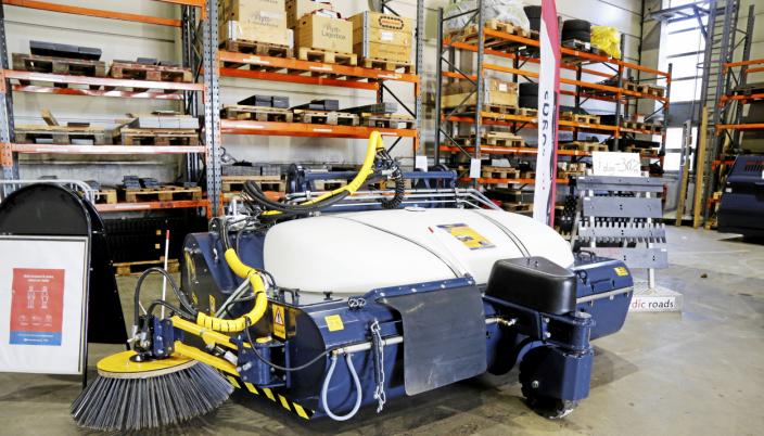 FRONTSOP: Passer hjullastere i størrelse Volvo L70 og oppover. Feier, samler og vasker i «en fei».