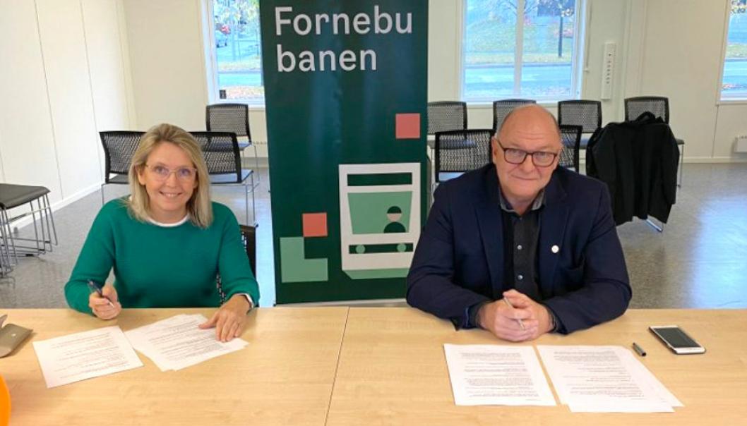 Irene Måsøval, direktør Fornebubanen, og Steinar Myhre, konserndirektør Skanska Anlegg, signerte kontrakten for første store entreprise på Fornebubanen.