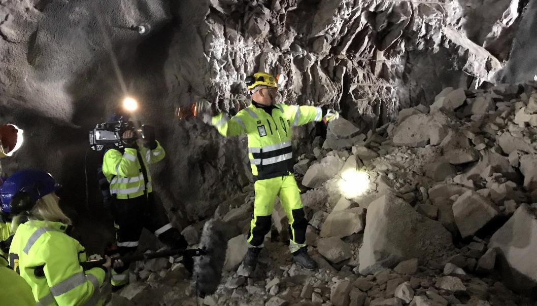 Bergsprengningsleder i AF Gruppen, John Ivar Fagermo sørget for å holde gammel tunneldrift-tradisjon i hevd, da han kastet en flaske i røysa, som symbol på vel utført jobb.