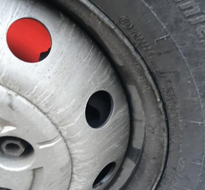 Sjåføren hadde tatt dette bildet av en rødglødende bremseskive, da han stoppet for å kjøle ned bremsene og få tilbake bremsekraften.