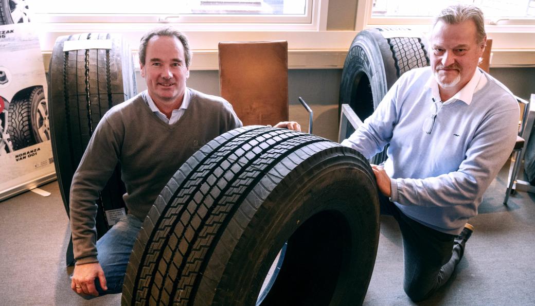 Christian Knudsen (t.v.) og Bjørn Larsen i Gjerde & Byhring har ventet lenge på det nye styrehjulet RWS1 fra Bridgestone.